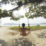 Frau entspannt Schaukel Strand Entspannung